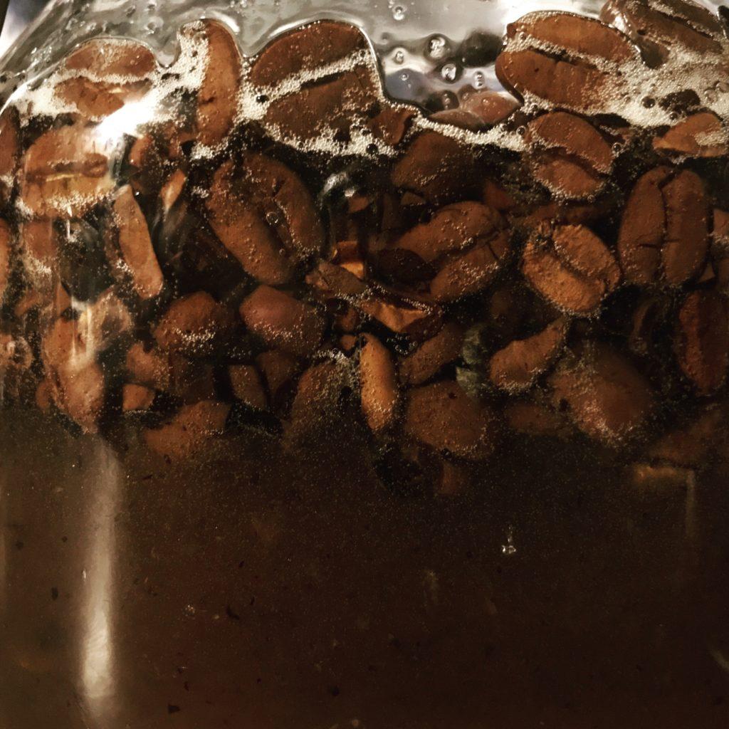Kaffeebohnen fermentieren in Honig