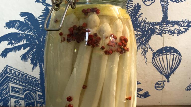 Fermentierter weisser Spargel mit rosa Beeren